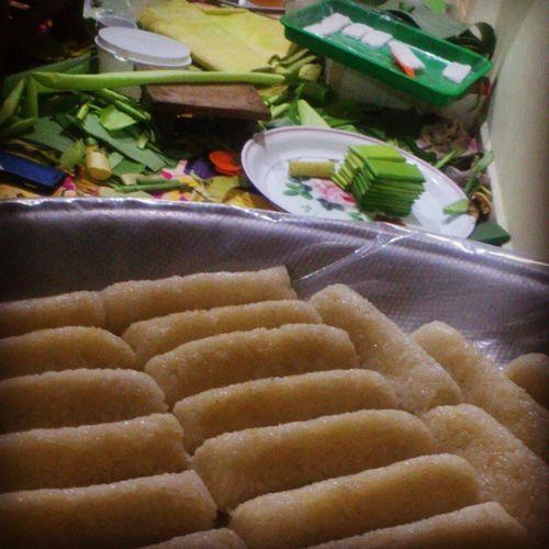 Lepat Loi dgn burasak.. Dr mlm smlm smp la hari ni tak abis2 lagi.. Adeh... Banyak nya... Pengsan.. Burasak Lepatloi Traditionalfood Food Harirayaspecial Warisan Bugisbone Bugisiah Johorean Anakjohor Tempahan