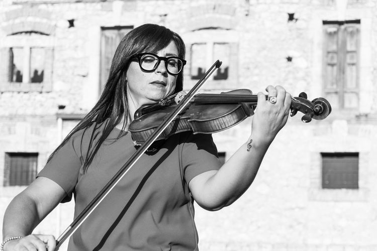 Music Musical Instrument One Person Real People String Instrument Young Adult Glasses Holding Violin Portrait Young Women Arts Culture And Entertainment Eyeglasses  Waist Up Musical Equipment Front View Leisure Activity Musician Lifestyles Skill  Hairstyle Violinist Teenager Bow - Musical Equipment