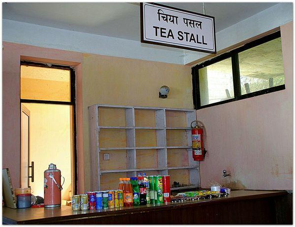 In The Terminal Details Of My Life Lukla Airport Nepal ein recht verlassen wirkender Kiosk in der Abflughalle des Flughafens von Lukla,einem der gefährlichsten der Welt
