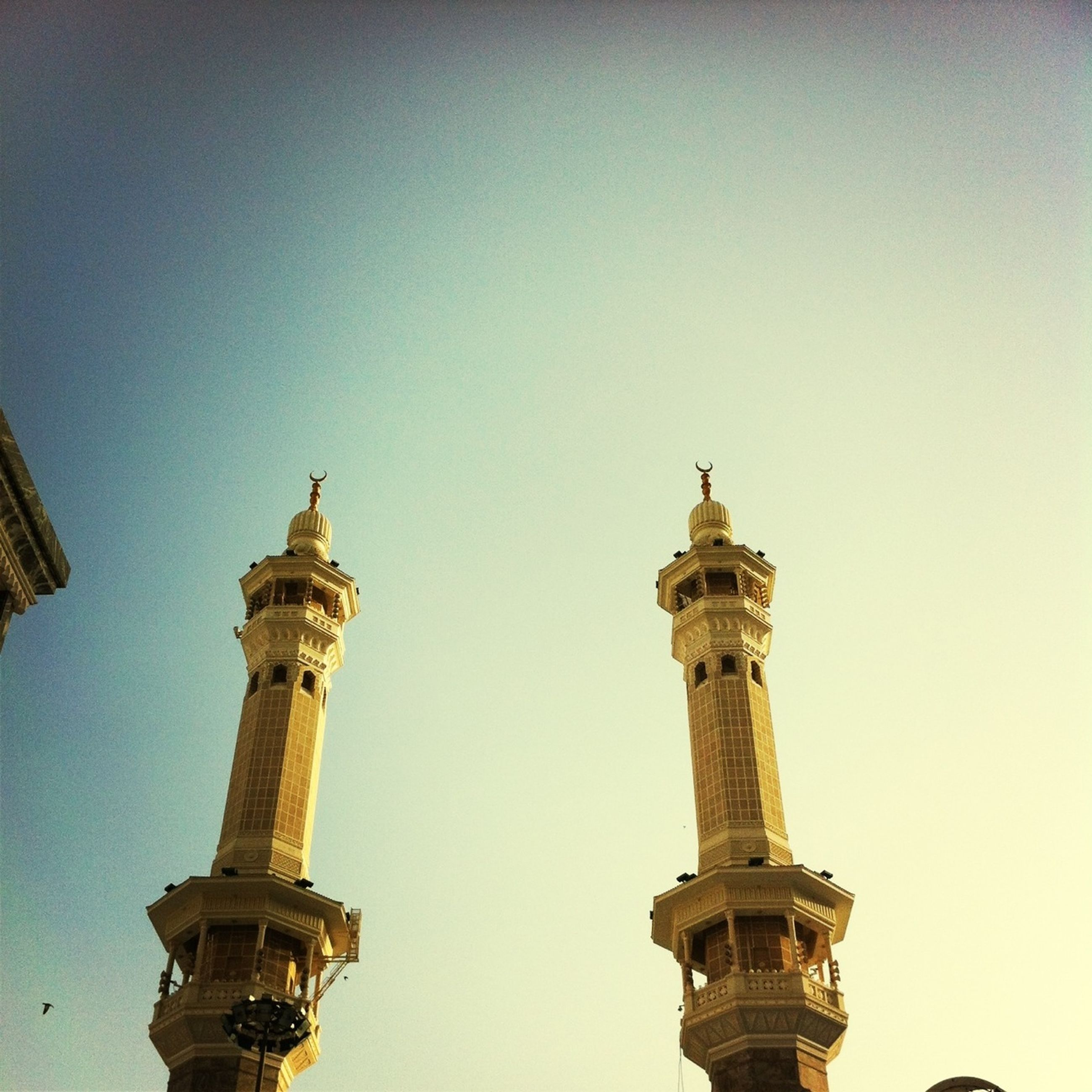 architecture, built structure, clear sky, low angle view, building exterior, famous place, copy space, travel destinations, international landmark, tower, tourism, travel, capital cities, history, religion, outdoors, blue, day, islam, mosque