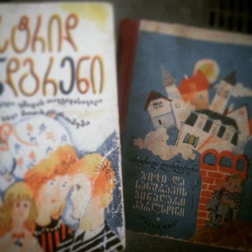 'განა ცოტაა ქვეყნად ბიჭები, რომელთაც 7 წელი შეუსრულდათ, ცისფერი თვალები აქვთ და ჭუჭყიანი ყურები, ხოლო ტანზე - მუხლებგამოხეული შარვლები აცვიათ? ასე რომ, ყველაფერი ნათელია: ბიჭუნა ჩვეულებრივი ბავშვია'. Astrid Lindgren Karlsson on the roof Used Books in Georgian
