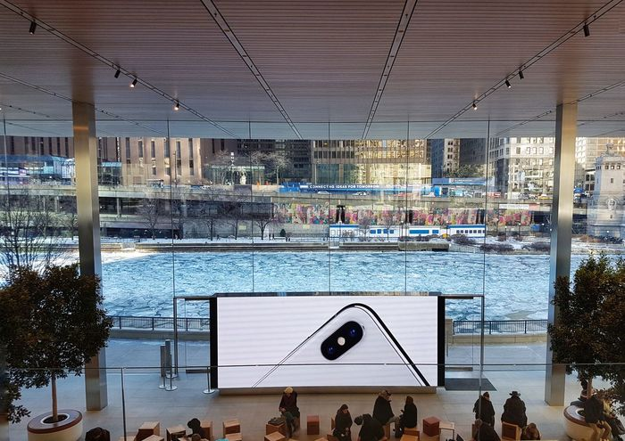 Apple Store @ Michigan Ave, on the river-front. Frozen Nature Frozen Screen Big Screen Illustration Frozen Water Frozen River Chicago River Insidethebuilding Apple Apple Store Indoors  Architecture Large Group Of People Day People Crowd Adults Only