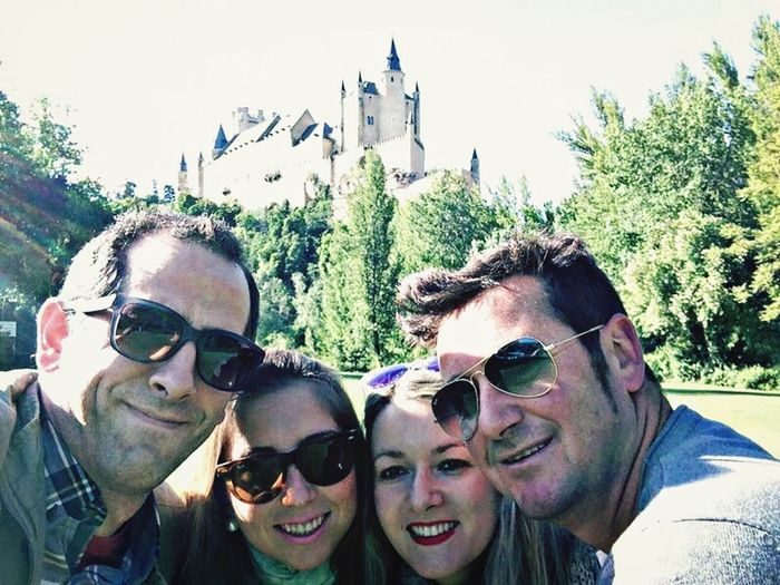 Selfie con los mejores amigos y con el alcazar de Segovia de fondo. Selfie Segovia Best Friends Travel