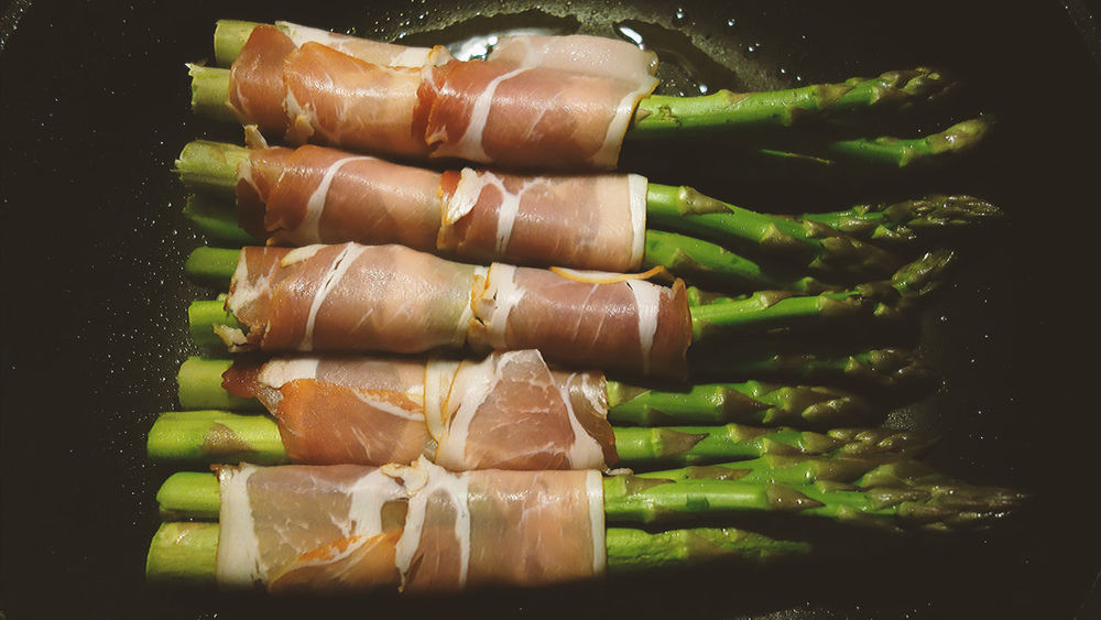 Springtime is asparagus time, otinally wrapped in ham... 😁 Asparagus Seasonal Healthy Eating Food Foodporn Ham Wrapped Top View Green Asparagus Cuisine Homemade Pan Frying Springtime Tasty Food Preparation Cooking Kitchen Stories Close-up Food And Drink Raw Food Prepared Food Bundle Wrapping Still Life