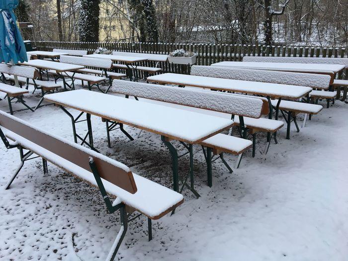 Schnee im Biergarten, Wetter, kalt, Winter, Schnee, geschlossen, Wetter, kalt, Beergarden  Snow Winter Cold Temperature Weather Table Chair White Color Empty Nature No People Seat Outdoors
