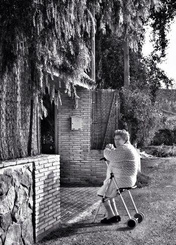 Seres #perranos: De espaldas al sol. Blancoynegro Perranos Seres Perranos Streetphoto_bw