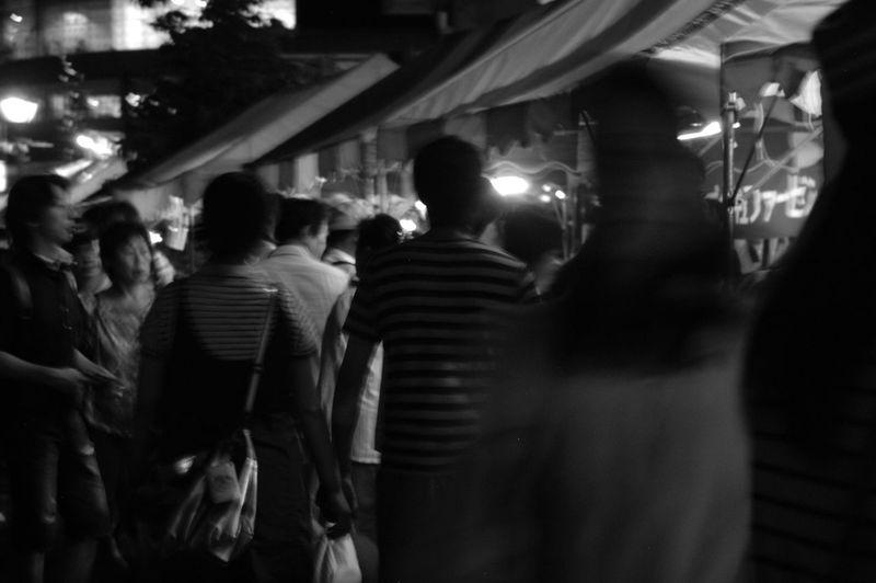 「せともの祭」いーなー私もお祭りの夜に手を繋いで歩きたいにゃん(T ^ T) Seto せともの祭 瀬戸物 Night Couple Monochrome Monochrome Photography 打ち上げ花火を見ながら散策、良いですよ〜♪