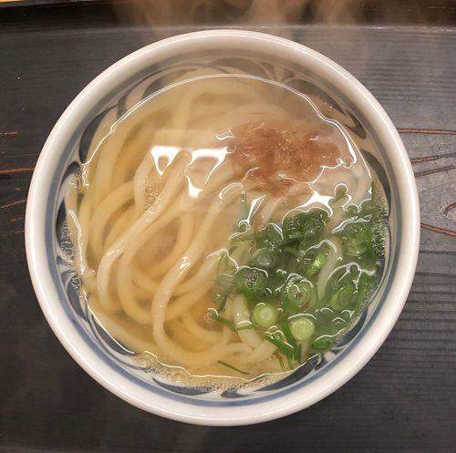 『ふる里うどん』 この頃毎日寒い朝ですね。身が引き締まります。雨が降るよりましですが。月曜には何時ものコース取りです。 かけうどん小 ¥220 今日の麺は手強いです。出汁は熱々で美味い( ^ω^ ) Udon Food And Drink Food Freshness Healthy Eating Bowl Table Wellbeing