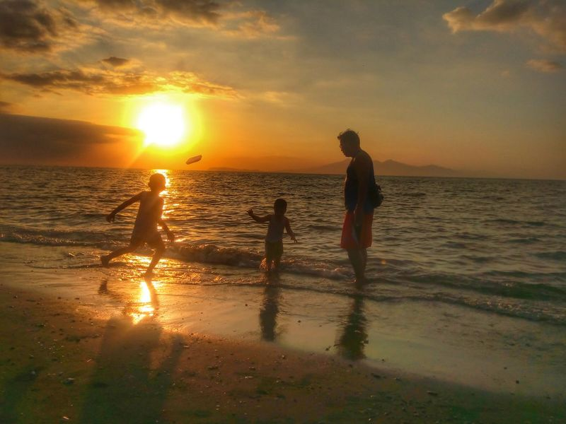 Father And Sons Sun Ocean Beach Playing With Kids Eyem Philippines EyeEm Best Shots