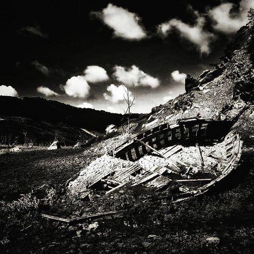 Old boat Le passé ressurgit lors de la vidange du barrage de Guerledan 🚢 Nikonfr Igersfrance Igersbretagne Guerledan Guerledan2015 All_bnwshots
