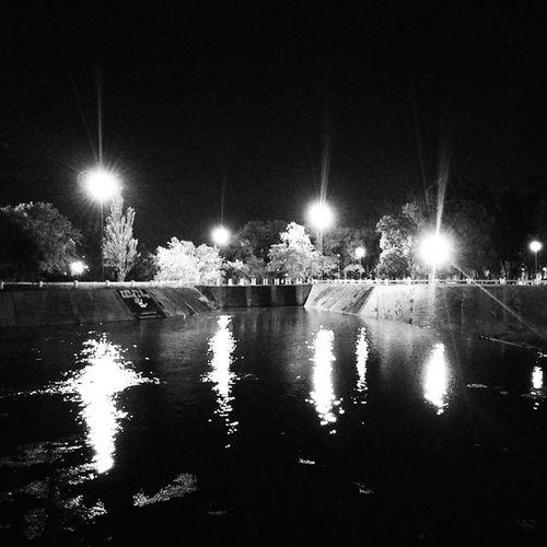 Invitado por @tertulian al H2OChallenge , en mi foto 1/5 nomino a @cris.azq para que luzca su talento fotográfico. No Water H2o Contention dam dique canal lights night nightshot