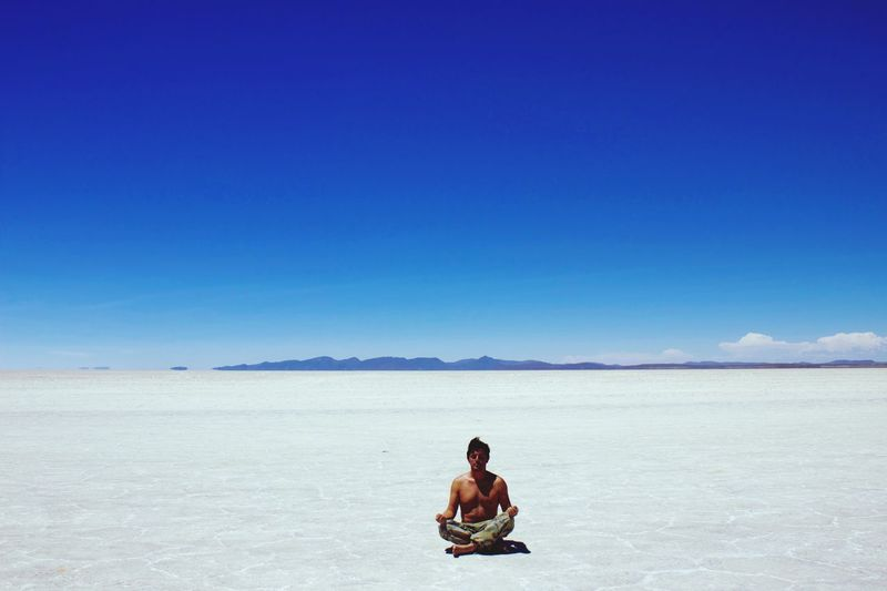 Cuando los sentidos se entregan y no hay pensamiento. Naturaleza Salar De Uyuni Blanco Azul Meditación Bolivia Soledad Meditation EyeEm Selects Sky Blue Copy Space One Person Land Beauty In Nature Clear Sky Nature Sitting Real People Salt Flat Tranquil Scene Lifestyles Scenics - Nature
