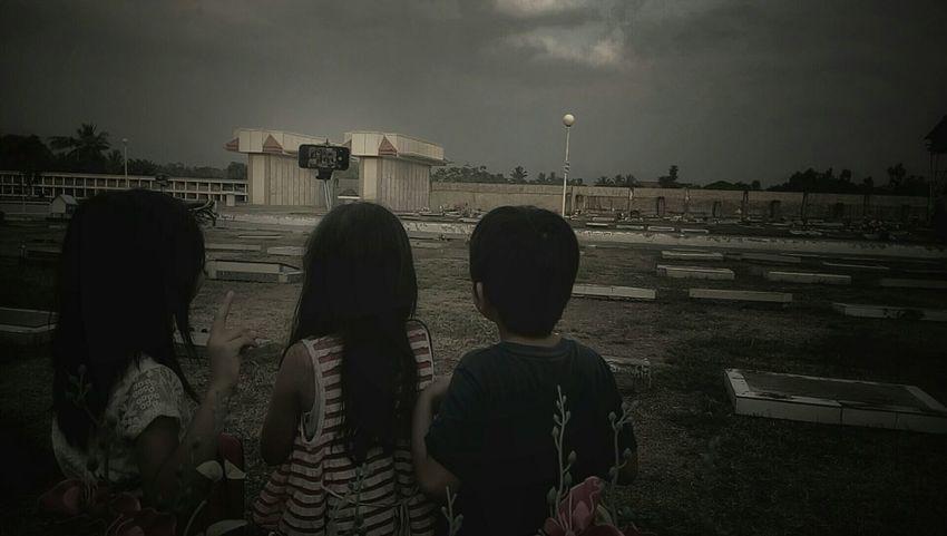 Human Meets Technology Groupselfie Selfie ✌ Kids Kids Photography Kido Philippines Culture Asian  Grave Graveyard