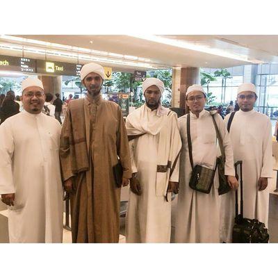 Alhamdulillah Habib Ali is in Singapore.. Tonight will be first session of Majlis Al-Hadyun Nabawi at Muhajirin Mosque after Ishak.. Excited!!! Picture credits to admin of Majlis Al-Hadyun Nabawi Mustgo Gojer Letsgo Veryveryvery Habibalizaenalabidin