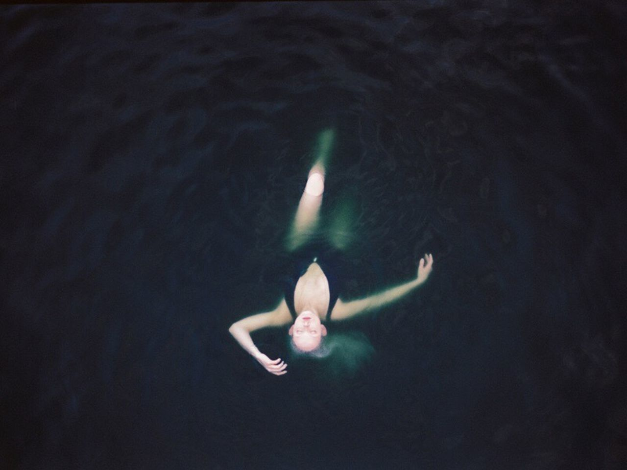 HIGH ANGLE VIEW OF SWIMMING IN WATER