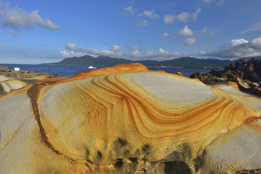 Arid Climate Beauty In Nature Cloud - Sky Day Geology Landscape Nature No People Outdoors Physical Geography Rock - Object Rock Formation Sand Scenics Sky Tranquil Scene Tranquility Travel Destinations 圖騰 山 岩石 條紋 石頭 線路 背景