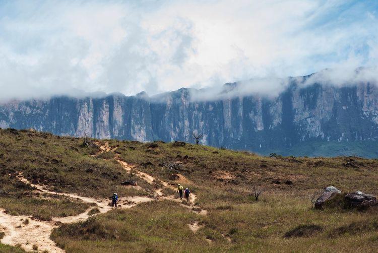 Caminando con el gigante acechando Roraima Protecting Where We Play Venezuela Trekking People And Places