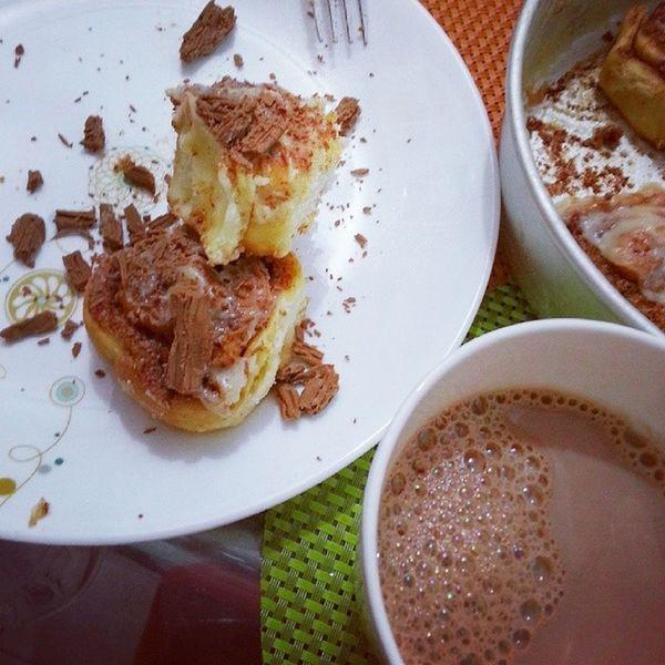 Cinnamon rolls and hot chocolate combo ? Cinnamonrolls Hotchocolate Chocolate Cinnamon decadence yummy delicious foodporn goodfood foodgram food delicious ramazan sweet happiness