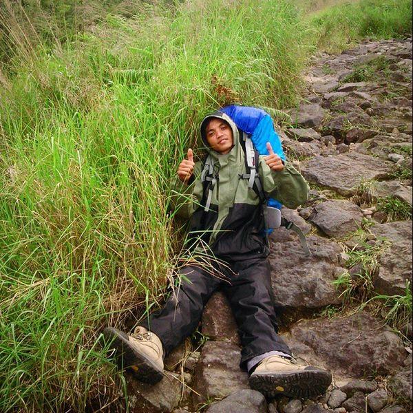 Rest in comfort, true friend with the carrier! Mtwelirang Goodhiking Goodplace Goodfriends goodtimes hiking summit explorejatim