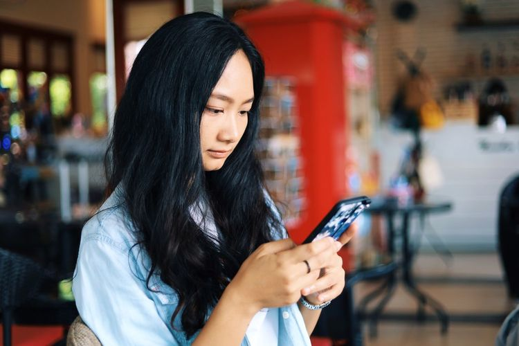 Hair One Person Wireless Technology Black Hair Technology Young Adult Long Hair Real People Focus On Foreground Mobile Phone Communication Hairstyle Lifestyles Young Women Leisure Activity Telephone Smart Phone Connection Women Holding Outdoors Beautiful Woman
