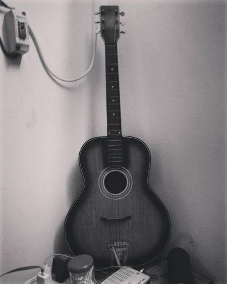 Made from wood.. Strings tied and the results are some of the greatest music magicians like Gunsnroses ACDC Metallica ..!!.. Isn't it amazing..!! 😇 Weekend Performance Guitar Music Instaguitar Sixstring Acousticguitar Musicspeaks Vintagepic Doubletap Followme Collection Blacknwhite Instalike Mobilephotography Special_shots MustHave Madeofwood Instamusic Musiclover Musicvibes Guitars guitarist musicislife phonography
