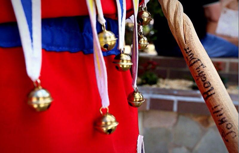 Además de la máscara, los #Jokili de la colonia, usan un traje de colores alusivos a nuestra bandera, cada punta tiene guindando cascabeles. Cada Jokili usa un bastón, que en su punta tiene una vejiga de cerdo seca, la cual usan para jugar con las personas Carnival Venezuela Streetphotography