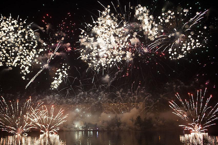 Holiday Beuatiful Moscow Celebration Event Firework Firework Display Fireworks On River Glowing Illuminated Night залп на реке красивая москва фейерверк фестиваль фестиваль фейерверков