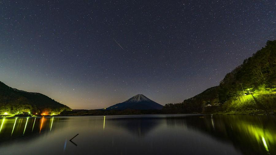 The constellation meteorite and mount fuji seen from lake shoji