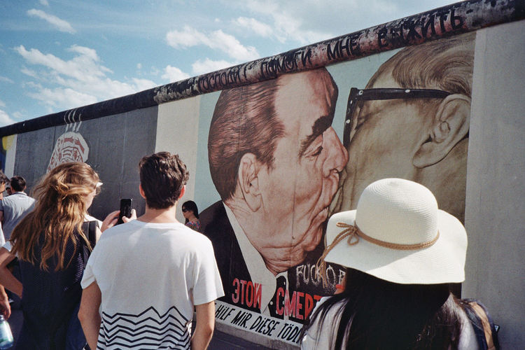 """East Side Gallery, Dimitri Vrubel """"The Kiss"""" Berlin Wall Graffiti Perspective Wall Day Discover Berlin People Real People Street Art Street Photography"""