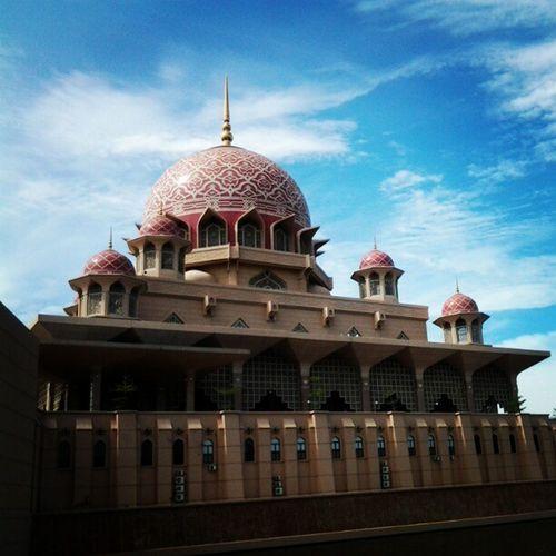 Save and sound.. Putrajaya Masjid Amazing Asterinasazalie beautiful lovely keindahan cantik ciptaan tenang kedamaian sunday nice awesome mosque alone blue hot day moment saat ketika nyaman refreshing