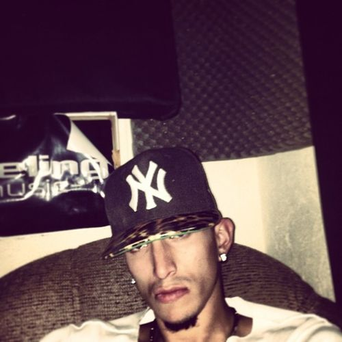 En mi home Feelingmusicbta @feelingmusicbta Urban Music Feeling Reggaeton  Linkgram Serius NY Amimalprint Bogotra White