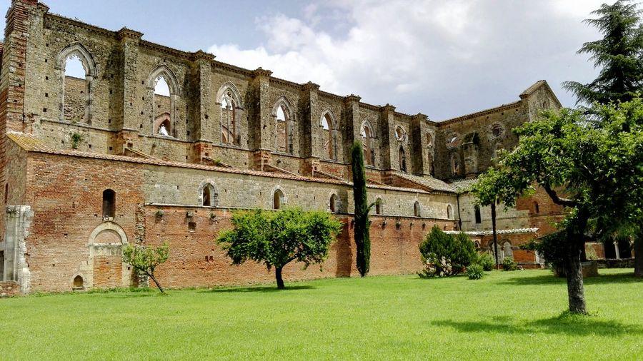 San Galgano abbey, Tuscany Followme on (click on link) Instagram: https://www.instagram.com/mazzonileonardo/ 500px: https://500px.com/leonardomazzoni87 Flickr: https://www.flickr.com/photos/144077438@N06/ Tuscanygram Best Of EyeEm Discovertuscany Pictureoftheday Tuscany Photooftheday Discoveritaly Magical Places Architecture Famous Place Tourism Old Ruin History Travel Destinations Sangalgano Sangalganoabbey Ruins Ghotic Architecture Magical Place Cool_capture_ Cool_shots Majestic Green Toscana Discover Tuscany