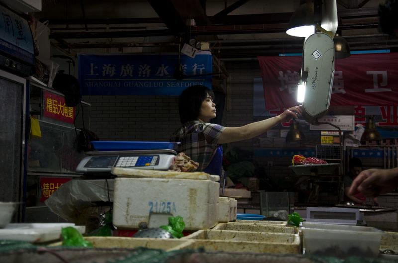 Chinese foodmarket. This woman sold fish to locals. Chinese Food Chinese Market Food Market Market Shanghai