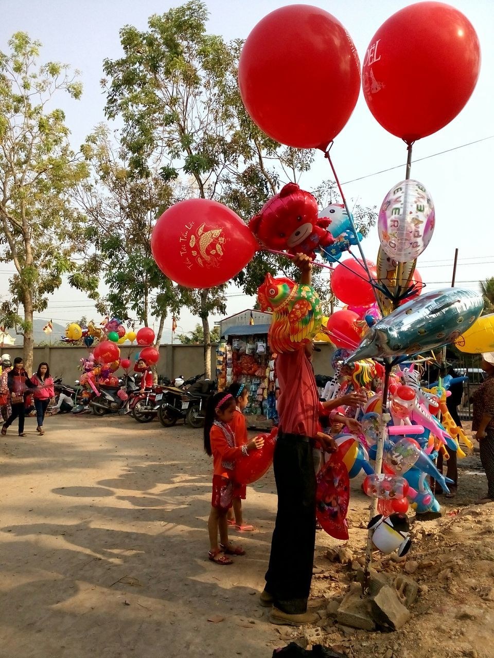 balloon, real people, celebration, red, day, men, large group of people, outdoors, helium balloon, lifestyles, tree, women, sky