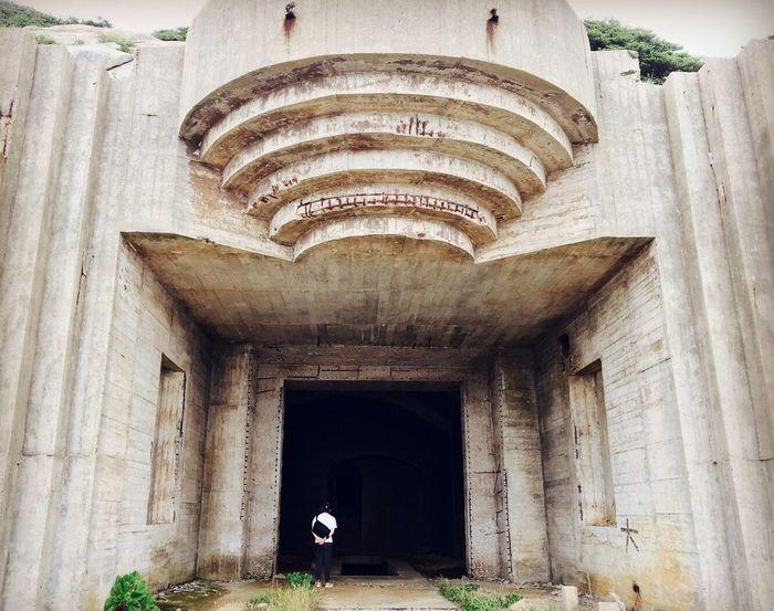防空洞 bomb shelter