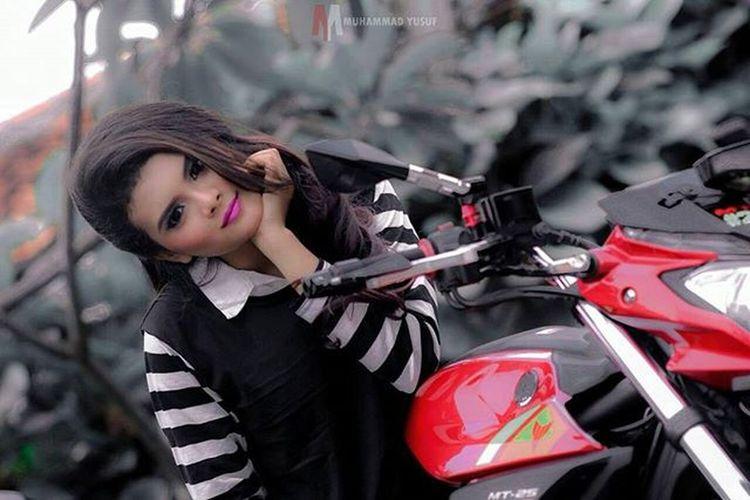 Hunting photo model w/ @r25indonesia at @rumahsarwono ° ° ° ° Rumahsarwono R25indonesia Rumahsarwonor25 Hunting Kopdar Model Modeling Casual Cycle Motorcycle Latergram Latepost Girl Beautiful Beauty Yamaha Like Like4like Love Likeforlike Love4love Follow4follow Followforfollow Jakarta indonesia