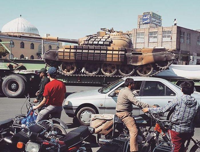 . رژه تانک سپاه ایران قم حالا انگلیسی Army_parade of Iran يا بگم Iran Army take a parade یا اینجورکی Parade of Iran army's یا مثل درس اول انگلیسی دوم راهنمایی، یه گفتگو بگیم What is it? It is a tank. Is it a tank? Yes, it is a tank. Whose Tank is this? For Iran army. دیگه فکر کنم همه متوجه بشن اونی هم که نشده بره از اونی که شده بپرسه ومن_الله_التوفیق