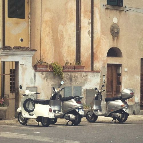 Italian Style Built Structure Stationary No People Architecture Building Exterior Vespa Vespa Parking Italy Italia Italian Rustic Road Watching The World Go By Enjoying Life Sipping Coffee Piazza Tuscany Slow Pace Old Old Buildings History Historic Rust Transportation Miles Away