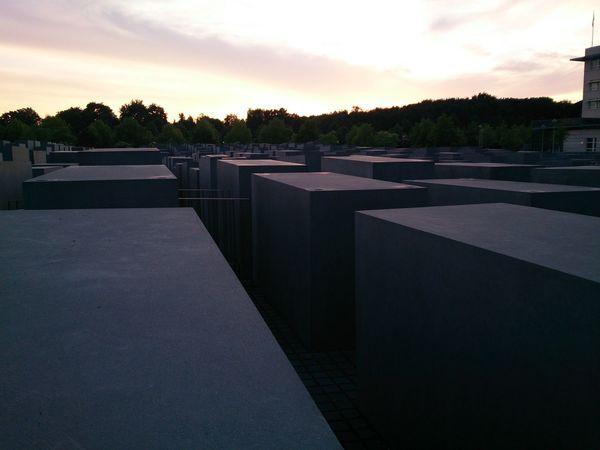 Una Vista del Monumento Al Olocausto Anocheciendo