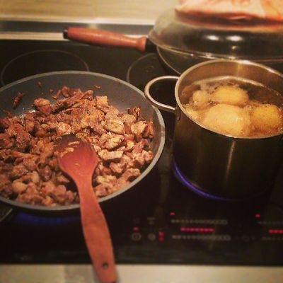 Готовлю ужин под четким руководством @cmarhatok . Dinner Cooking Night meat potato