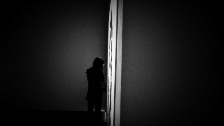 2018/4/1 速寫朋友 於臺北當代藝術館---「晃│影-史帝夫 ‧ 麥柯里個展」 Friend Friendship Friends Taiwan Museum Bw Bw_lover BW_photography B&w Photo B&w Bw Photography B&w Photography Bwphotography Domestic Room Shadow Dark Loneliness Architecture EyeEmNewHere