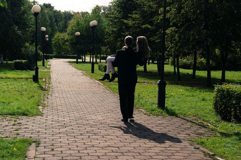 Park Trees Bushes Embrace Couple Pair Novokuznetsk Kuzbass Siberia Russia