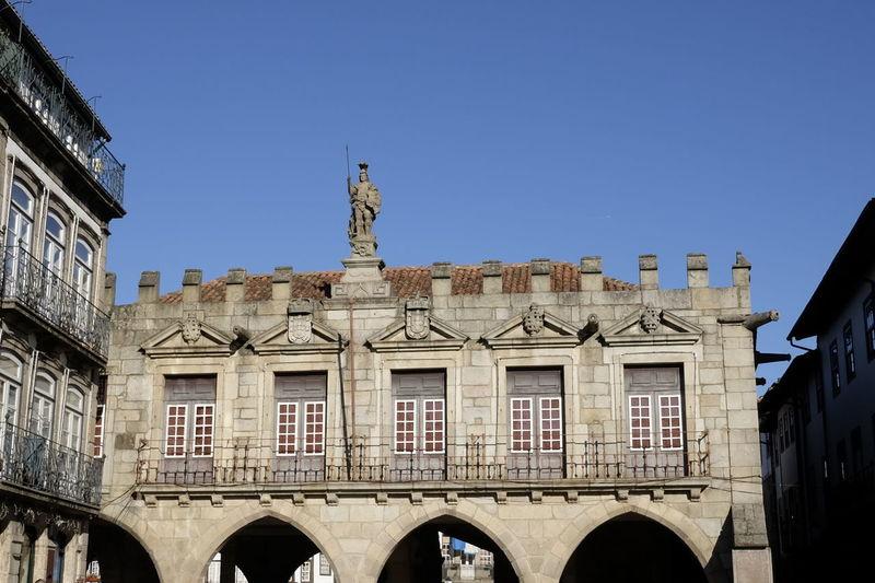 largo da oliveira in guimaraes Historic Center Largo Da Oliveira-Guimarães Architectural Column Architecture Building Exterior Built Structure City Outdoors Sculpture Statue Travel Destinations