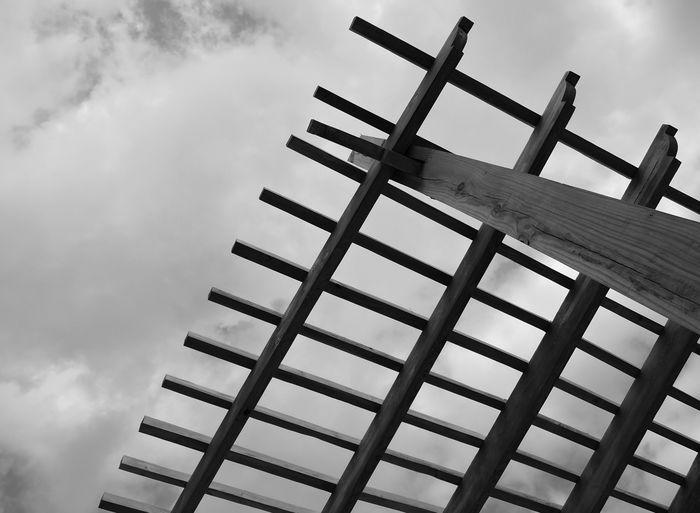 Bnw_friday_eyeemchallenge Bnw_captures Diagonal Lines DiagonalsOn The Sky Wooden Structure