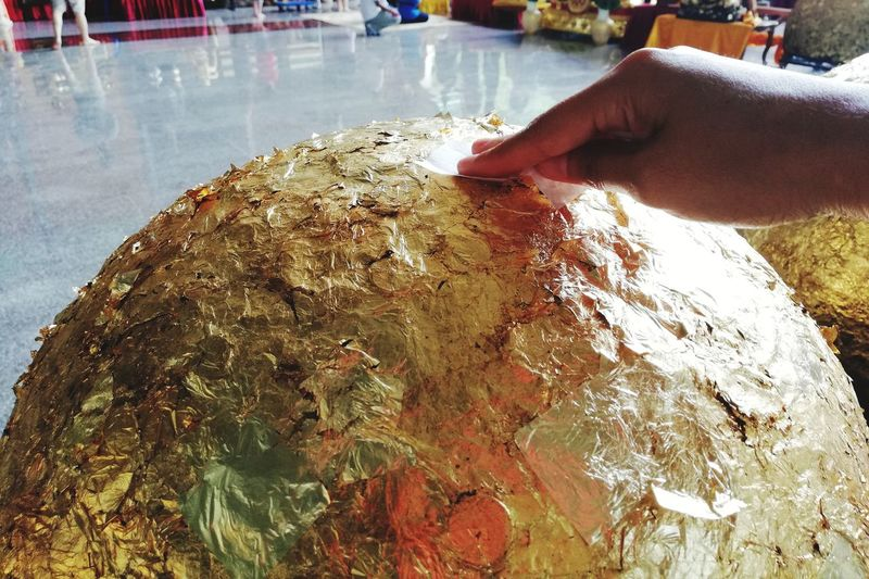 Gilding embedded luknimit Believe Buddhist Temple Golden Gilding Embedded Human Hand Close-up Piece