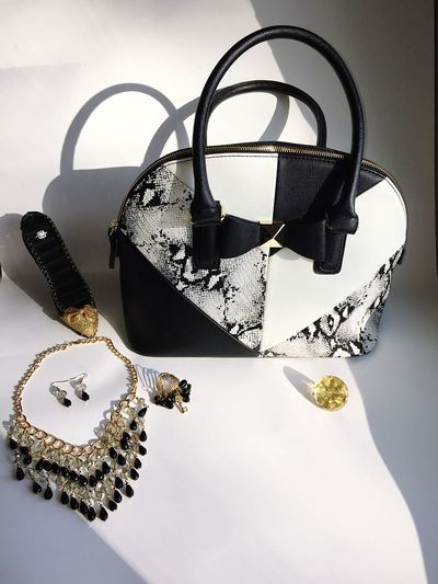 Just some of my favorite accessories Gold Black White Blackandwhite Purse Bag Jewlery Necklace Sparkly Earings Ring No People Lieblingsteil Fancy Luxury Luxurylifestyle  Luxurious Ring Holder Heel Ring Holder EyeEmNewHere Welcome To Black