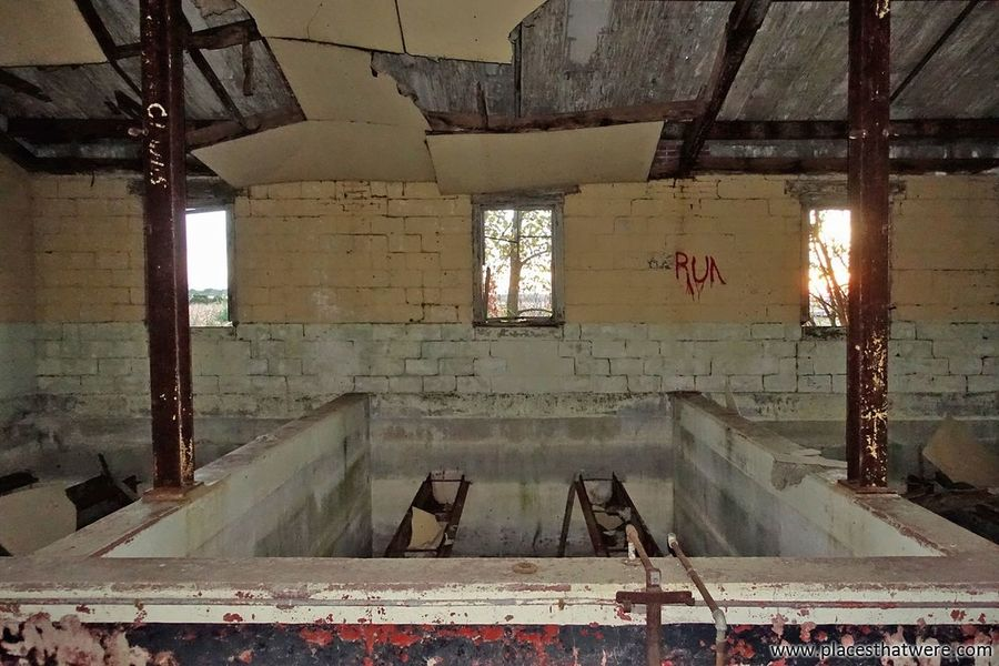 Pool. More here: http://www.placesthatwere.com/2017/04/kingsbury-ordnance-plant-abandoned-Ammunition-Factory.html Ceiling Indoors  Window Abandoned Eerie Beautiful Abandoned Buildings Abandoned Places Urbex Abandoned Building Urban Exploration Abandoned & Derelict Rust Belt Forgotten Place Ruins Rusty Military Kingsbury LaPorte Creepy Eerie Indiana Urban Decay Pool Ceiling Damaged