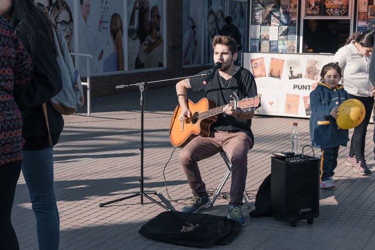 Is been a while since i post something in eyeem, so i'm gonna start using this account again 😉 Music Guitarist Musician Guitar Musical Instrument Performance Singer  Day Best EyeEm Shot Streetphotography