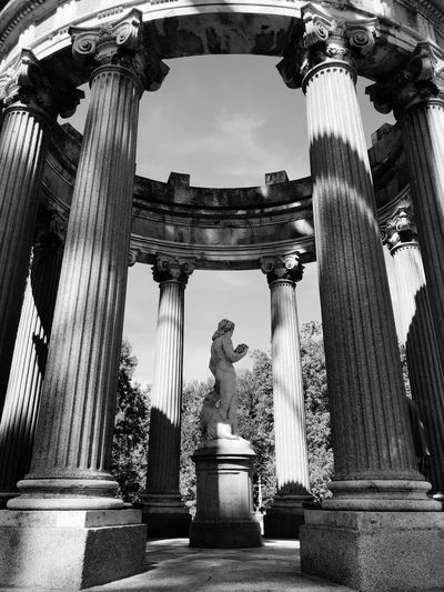 🤩 Blancoynegro Blackandwhite Built Structure Tourism Low Angle View Travel Destinations Travel Building Exterior No People Male Likeness The Past Creativity History City Craft