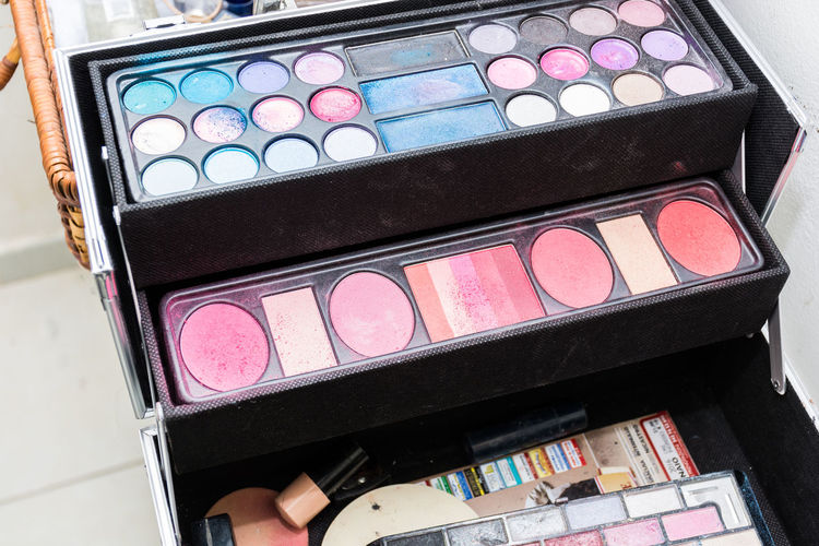 Cosmetic Products Cosmetics & Glamour Eyeshadow Beauty Product Beauty Tips Close-up Contour Set Cosmetic Cosmetician Cosmetics Cosmetics Bag Day Eye-makeup Eyelash Eyes-lips Palette Eyeshadowpalette Eyeshadows Face Make Up Make Over Make Up Make Up Artistry Make Up Time Make-up Multi Colored Variation